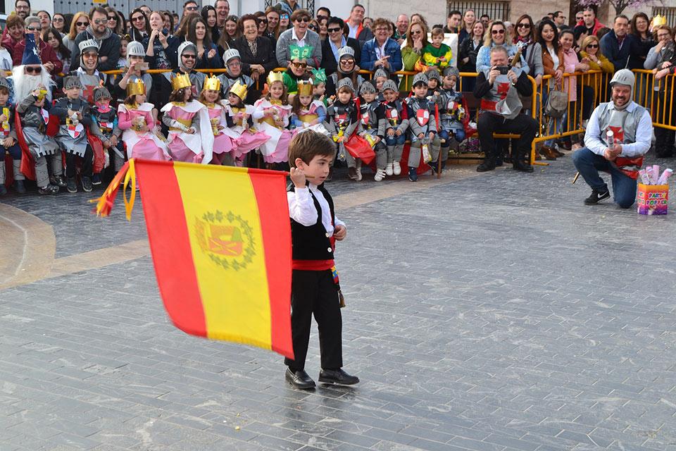 Desfile-infantil-capitan-dando-a-la-bandera