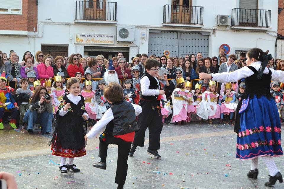 Desfile-infantil-capitanes-infantiles-bailando-la-jota-pujada
