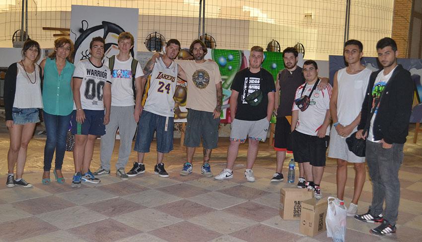 concurso-grafitis-foto-grupo-grafiteros-y-concejal