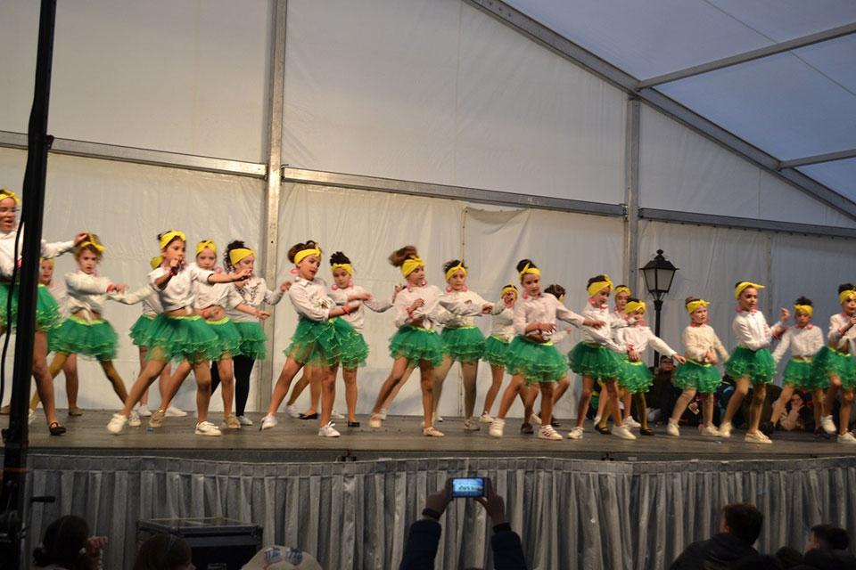 desfile-infantil-baile-en-carpa