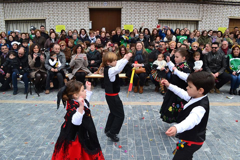 desfile-infantilcapitanes-infantiles-bailando-jota-pujada