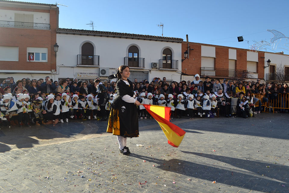 Desfile-infantil-capitana-2-con-bandera