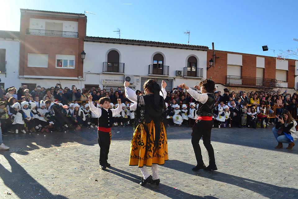 Desfile-infantil-capitanes-bailando-jota
