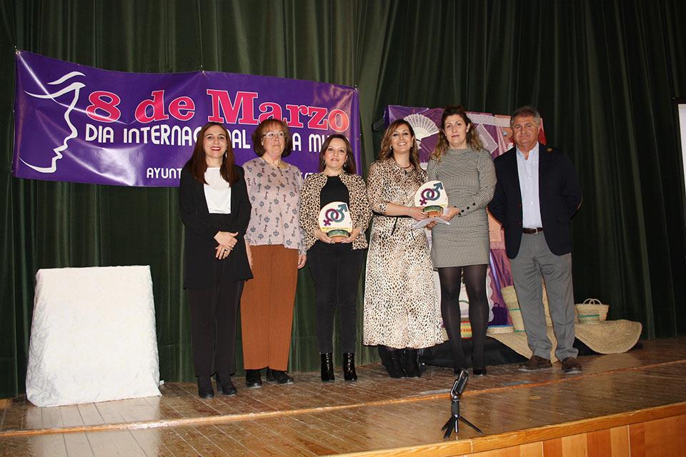 Dia-Mujer-ME-Asociaciones-galardonadas-junto-a-alcaldey-concejal