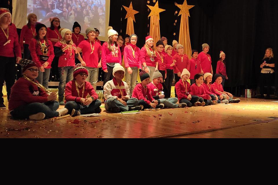festival-colegio-ninos-actuando