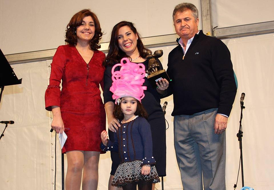 HOmenaje-a-Capitanes-alcalde-y-concejal-junto-a-pregonera-y-su-hija