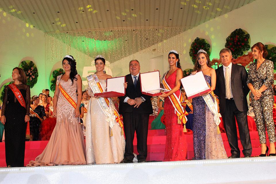 Reina-de-La-Mancha-ganadoras-junto-a-autoridades